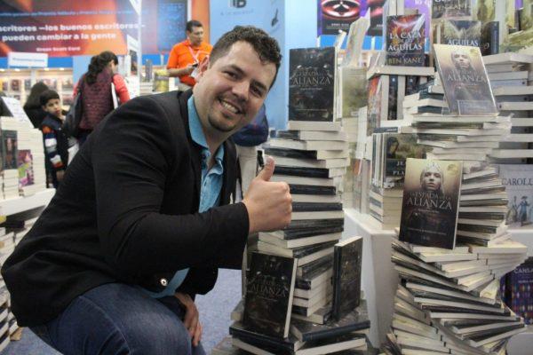 Escritor de Zapotlanejo crece en un mundo de ciencia ficción