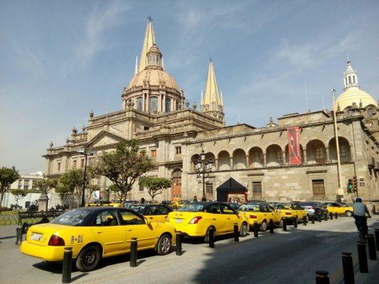 Se manifiestan taxistas para exigir entrega de concesiones para trabajar en Navidad
