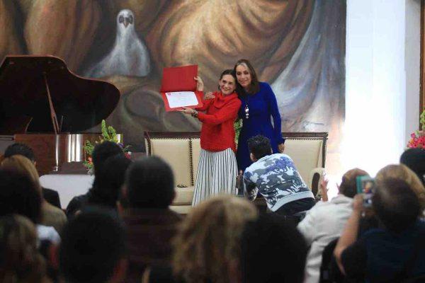 Entregan reconocimiento a Ofelia Medina