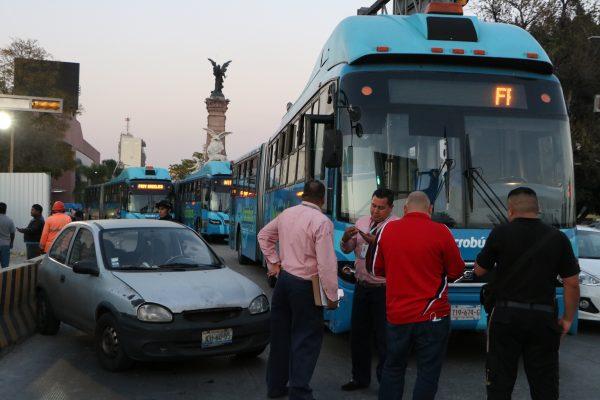 Caos vial en Calzada Independencia y Revolución, auto compacto y Macrobús chocan
