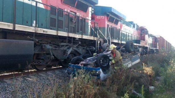 Ferrocarril arrastra camioneta 100 metros