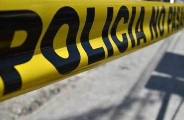 Arrojan cadáver de taxi en movimiento en Gdl