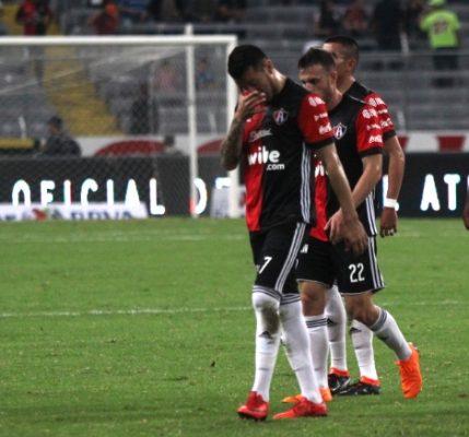 Atlas sufre dos expulsiones, dos penaltis en contra y pierde frente a Rayados