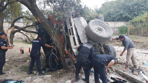 Vuelca camión con cemento; Hay dos heridos