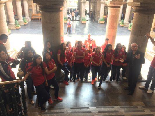 Entregan reconocimiento a equipo femenil de Chivas