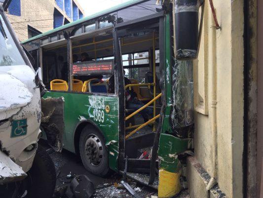 Choque entre dos camiones de transporte público deja 37 heridos