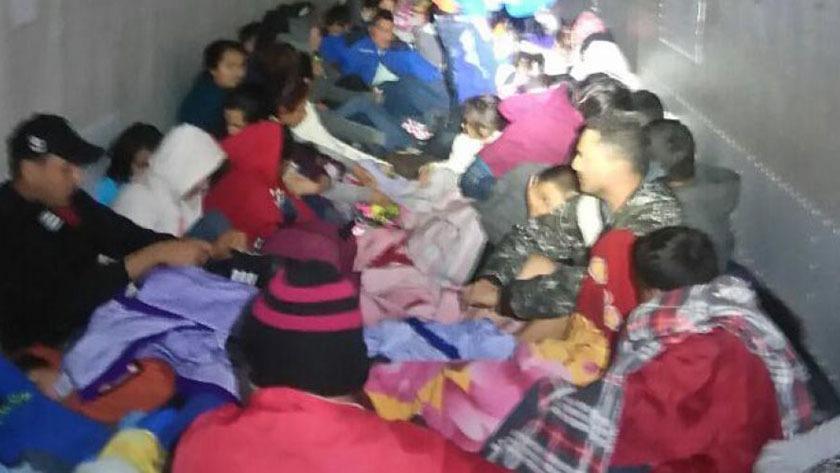 Rescatan 103 migrantes atrapados dentro de un furgón en Tamaulipas, México