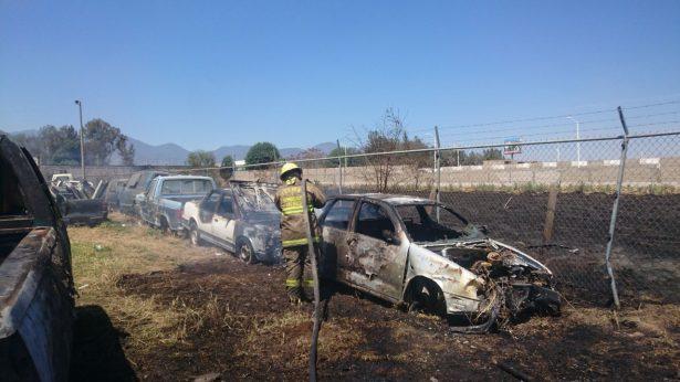 Incendio consume pastizal y vehículos en corralón de Ciudad Guzmán