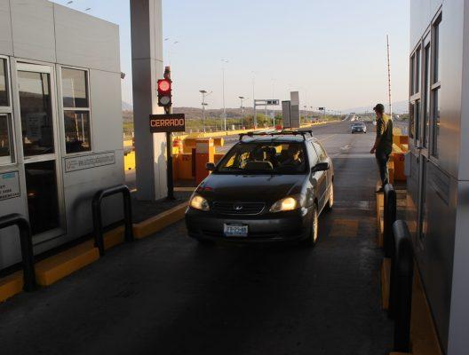 Exigen libre tránsito en la caseta de Acatlán