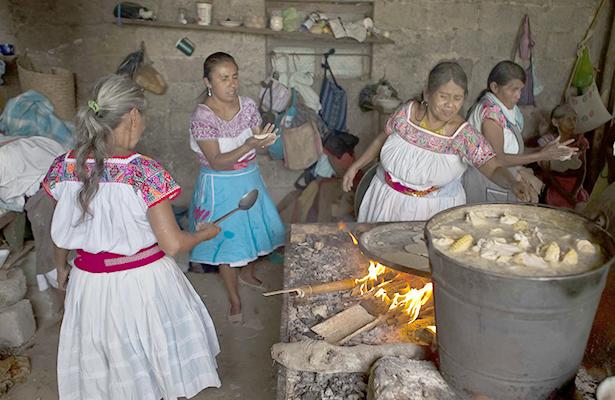 """Retratan la esencia de la comida de nuestra tierra en el libro """"La cocina mexicana"""""""