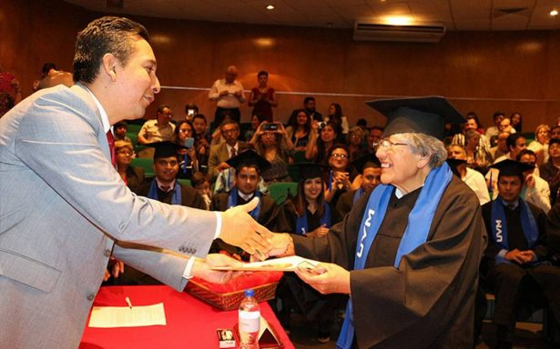 Nunca es tarde para la tesis; se gradúa con maestría a los 75 años de edad