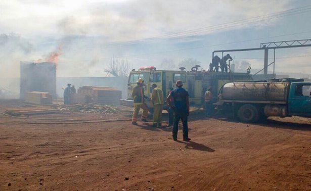 Deja cuantiosos daños materiales incendio en aserradero de Michoacán