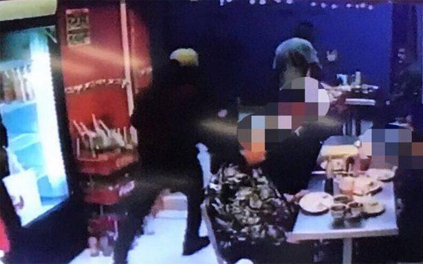 [Video] Así detuvieron a dos sujetos que asaltaron una taquería en Iztacalco