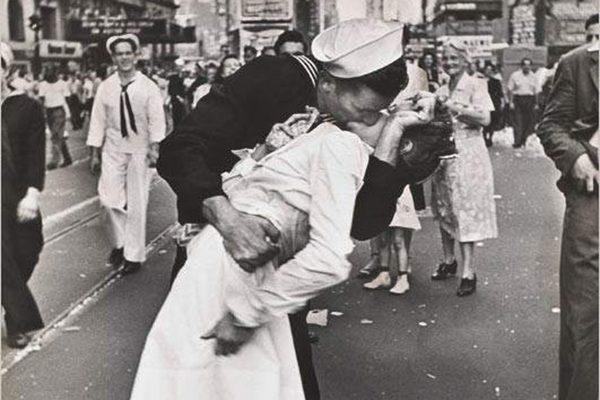 El marinero que besó a una enfermera por el fin de la guerra y se hizo famoso