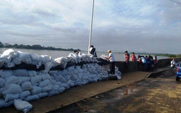 """""""Amurallan"""" a Minatitlán por inundaciones"""