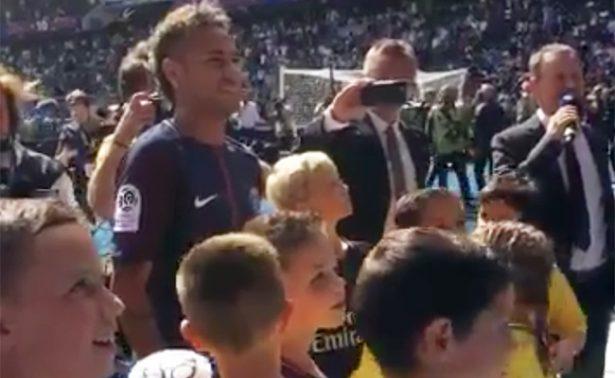 Aficionados del PSG le dan la bienvenida a Neymar