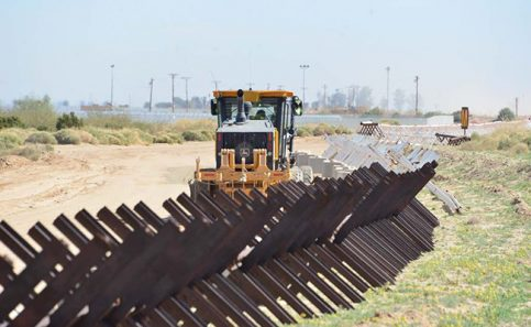 Llega maquinaria pesada a trabajar en muro en la zona de Baja California