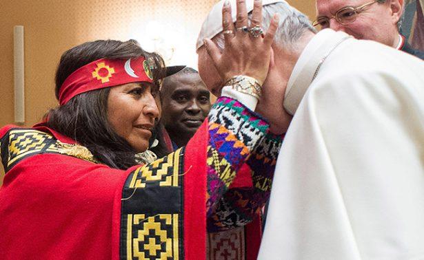 Recibe Francisco a indígenas