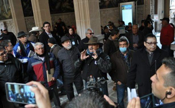 Irrumpen maestros audiencia púbica en Palacio de Gobierno