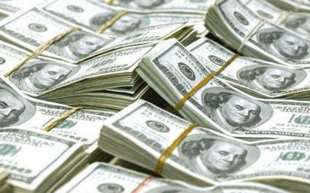 Dólar inicia la semana en 17.95 pesos en terminales del AICM