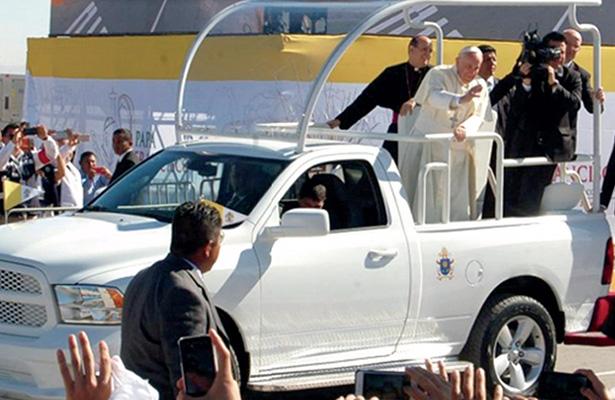 Subastarán Papamóviles que usó Francisco en México