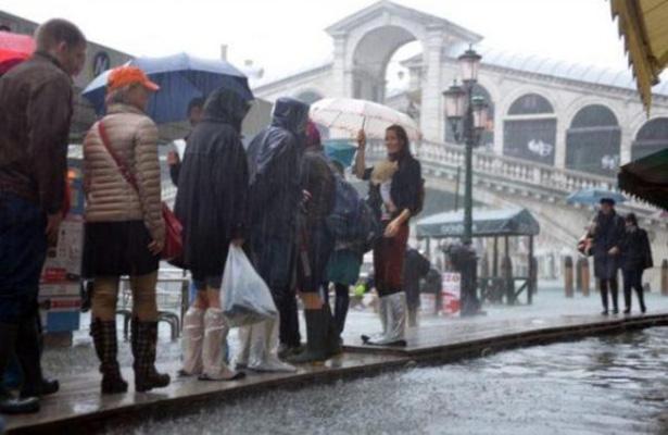 Desalojan a decenas de personas por inundaciones en Italia