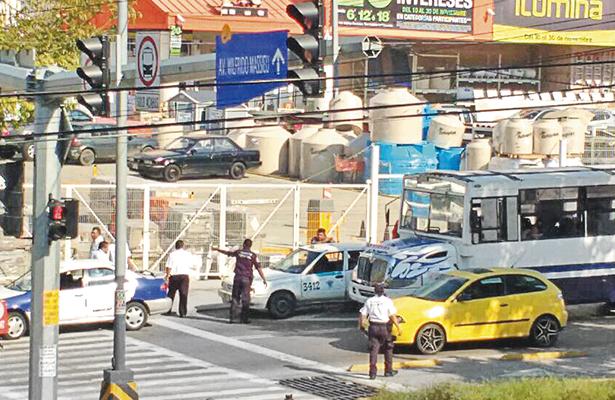 Choque entre un taxi y un urbano deja daños materiales