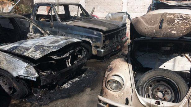 Seis vehículos incendiados y un muerto en cercanías de PGR.