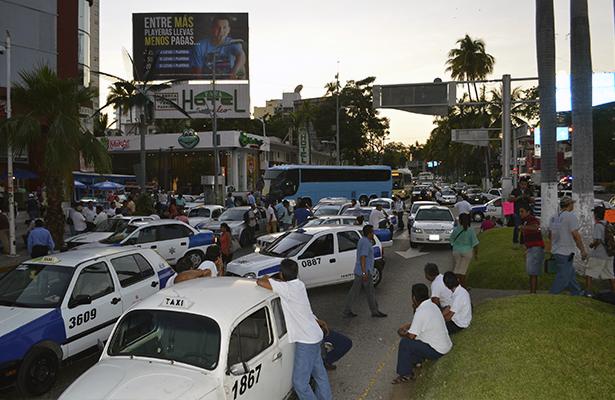 Colapsan transportistas la Costera con bloqueo por más de 1 hora