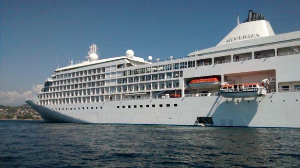 """Arriba crucero """"Silver Whisper"""" a Zihuatanejo"""