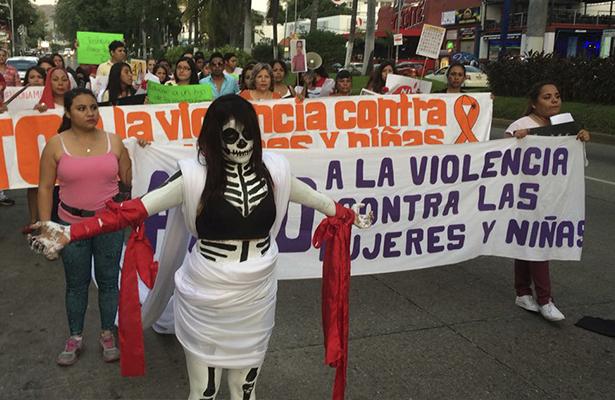 Piden con marcha por costera Miguel Alemán alto a violencia contra mujeres