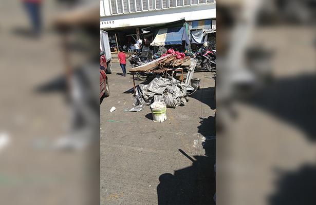 Tiran locatarios puestos de comerciantes ambulantes en Iguala