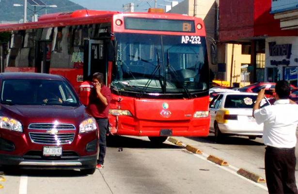Enésimo choque entre un Acabús y una camioneta
