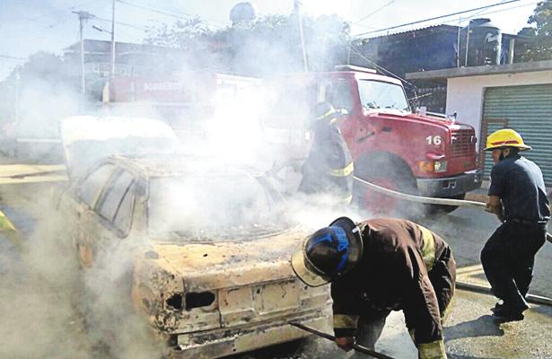Se incendian dos vehículos en diferentes lugares