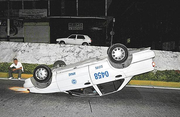 Vuelca taxi; no hay lesionados