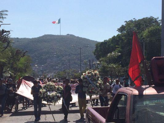 Marchan estudiantes de Ayotzinapa por calles de Iguala