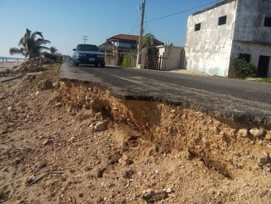 Deplorable carretera a Playa Azul de Coyuca; grande riesgo para turistas