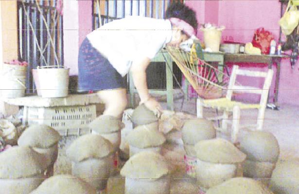 Esperan alfareras mejorar ventas de ollas para piñatas en San Marcos