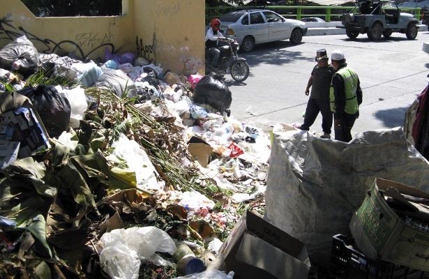 Incumplen con retiro de basura