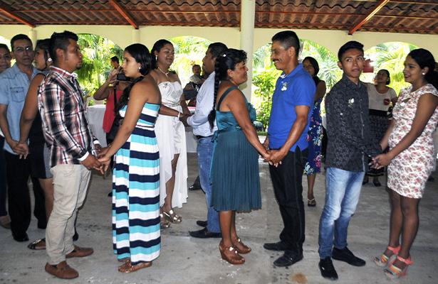 Realizan boda colectiva en celebración del Día del Amor en Atoyac
