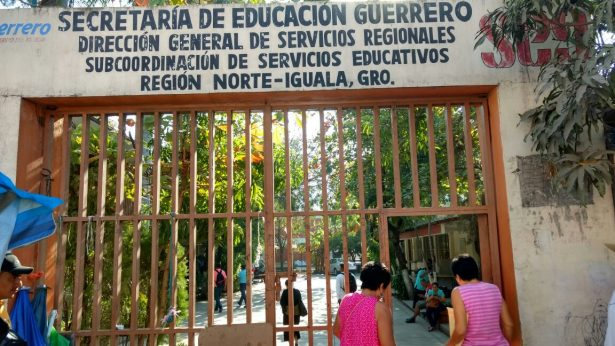 Toman maestros oficinas de la SEG en Teloloapan