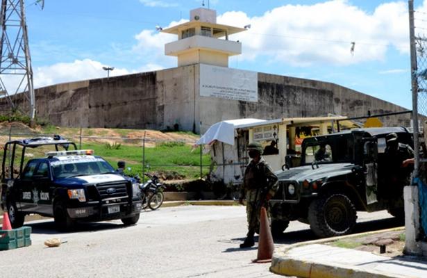 Trasladan al Cereso a los 20 policías detenidos en Zihuatanejo