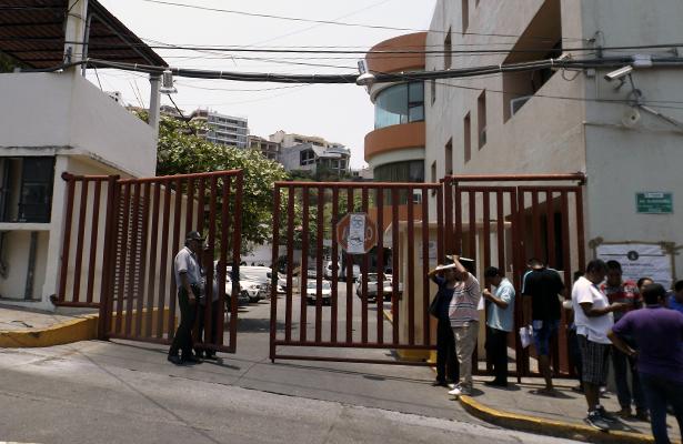 Esposas exigen conocer situación de policías detenidos en Zihuatanejo