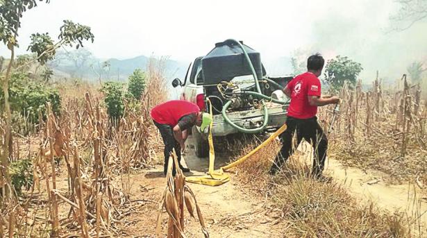 Improvisan Bomberos para sofocar incendios ante la falta de equipamiento adecuado en Ayutla