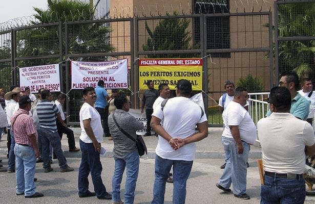 Protestan empleados de la Fiscalía; piden aumento salarial y bono