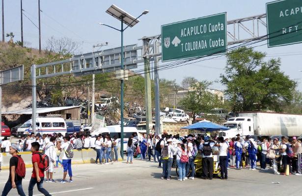Integrantes del FUNPEG marchan en Chilpancingo