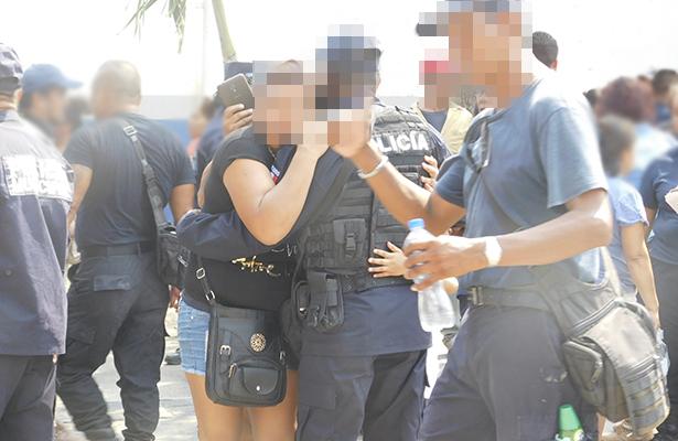 Familiares se despiden de los elementos policiacos.