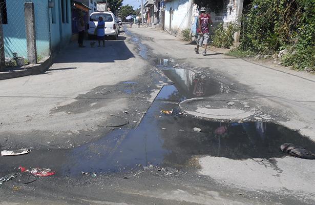 Fluyen aguas negras por calles de Igualapa