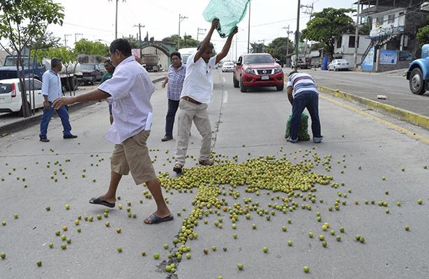 En protesta, productores de limón tiran el fruto a la calle