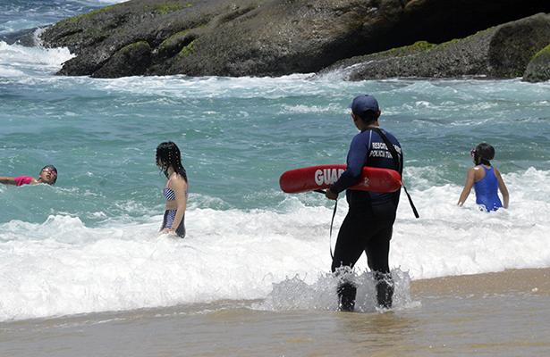 Rescatan a 3 turistas de ser arrastrados por el mar